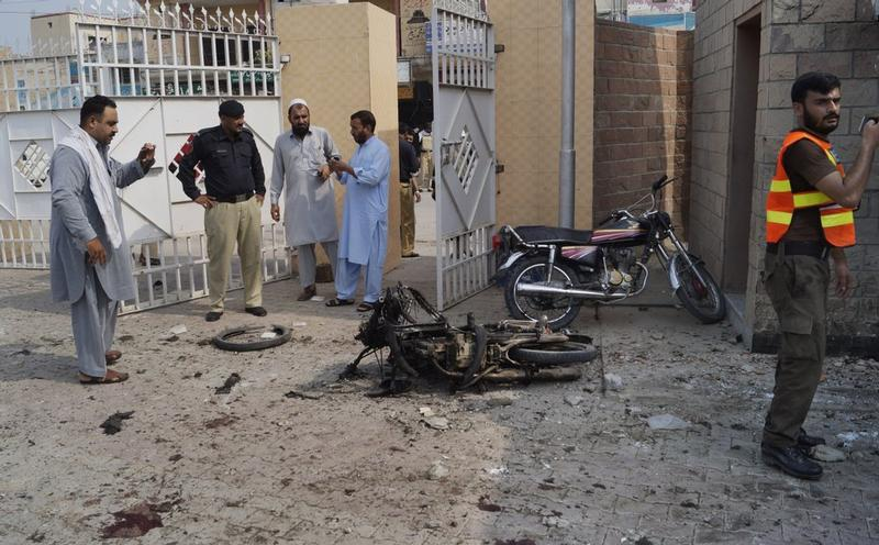 Pakistani hospital hit by female suicide bomber, 9 killed